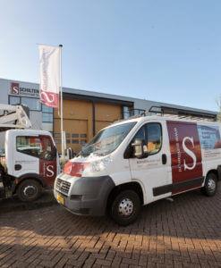 De Schilten bedrijfswagens die ingezet worden voor schoonmaak en glazenwassen