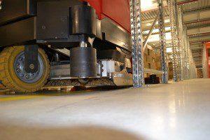 Veegmachine van Schilten Schoonmaak aan de slag in een magazijn