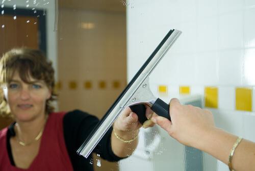 Schoonmaaktster van Schilten Schoonmaakbedrijf aan het schoonmaken in de toiletruimte