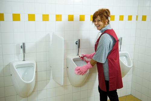 Schoonmaaktster van Schilten Schoomaak maakt de urinoirs schoon