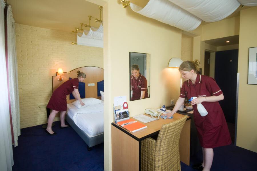 Schoonmaaksters van Schilten Schoonmaak maken een hotelkamer schoon