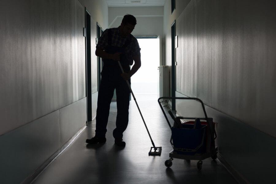 Moppen vloer trappenhuis