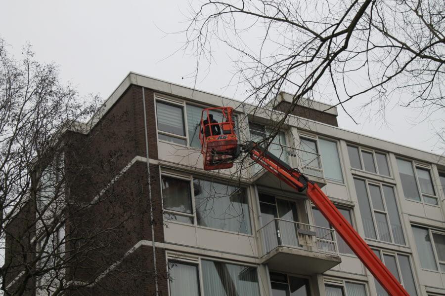 Schilten Schoonmaak wast de glazen van een flat in Dordrecht