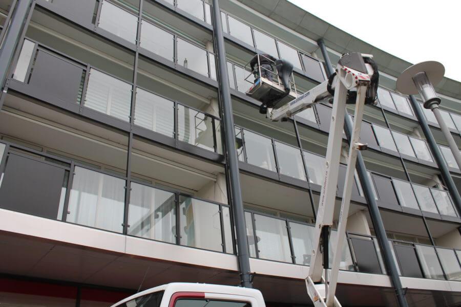 hoogwerker van Schilten Schoonmaak werkzaam in Dordrecht