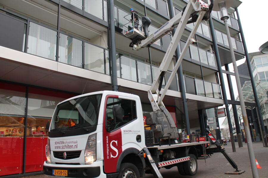 Schoonmaakbedrijf Schilten Schoonmaak aan het glazenwassen in Dordrecht