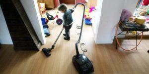 Ook de allerkleinsten helpen mee in het huishouden - Schilten schoonmaak