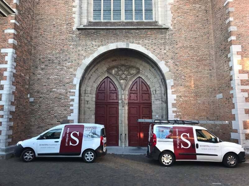 Schilten Schoonmaak bedrijfswagens voor de Grote kerk in Dordrecht